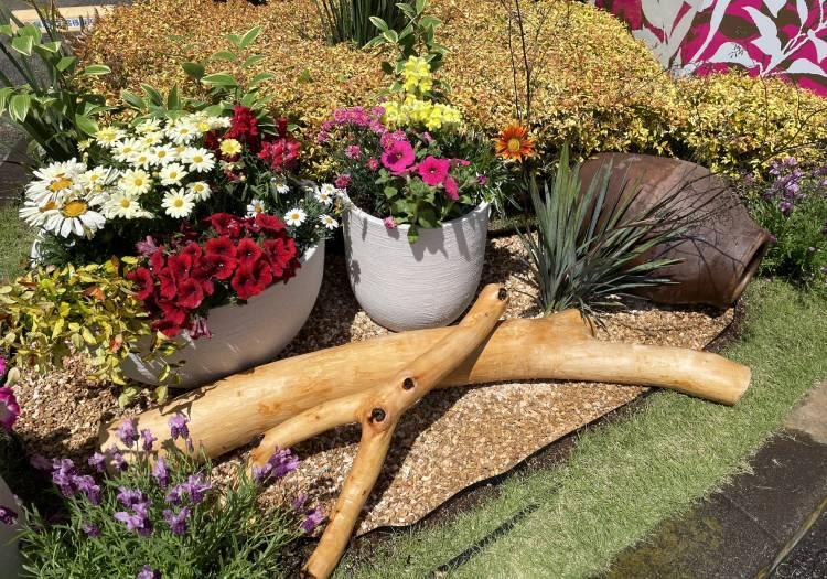 流木を使った花壇の設置例